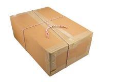 Закрытая картонная коробка связала тесьмой вверх и изолировала стоковая фотография rf