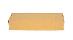 Закрытая коричневая картонная коробка упаковки изолированная на белизне с путем клиппирования Стоковое Изображение RF