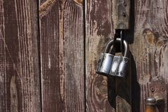 Закрытая смертная казнь через повешение замка металла на деревянных коричневых старых дверях Стоковая Фотография RF