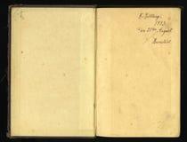 Закрытое безшовное изображение старого пожелтетого листа бумаги с темными пятнами и факсимиле надписи Стоковая Фотография RF