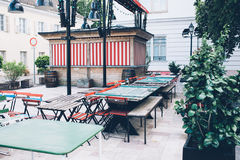 Закрытое кафе улицы, старые таблицы и стулья на улице Стоковые Фото