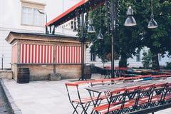 Закрытое кафе улицы, старые таблицы и стулья на улице Стоковая Фотография RF