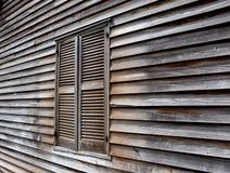 Закрытое окно в старом деревянном доме стоковая фотография