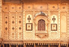 Закрытое окно старого дома с резным изображением на стенах Индийская традиция архитектуры Стоковое Фото