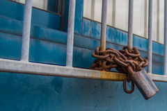 Закрытое окно с замком и цепью Стоковое Изображение RF