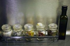 Закрытое стекло раздражает специи хранения кухни Стоковое Изображение RF