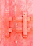 Закрыто вверх по античной деревянной зафиксированной двери Стоковое Фото