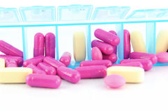 Закрыто вверх по капсуле и таблеткам в ежедневной коробке пилюльки Стоковая Фотография RF