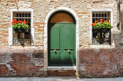 Закрытые двери на очень старом традиционном доме кирпича в Венеции, Италии Стоковые Фото