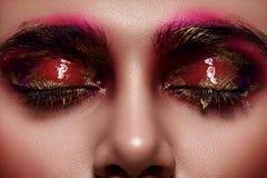 Закрытые глаза с розовым и золотым жидкостным составом Стоковое Изображение