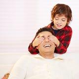 Закрытые глаза удерживания ребенка отца Стоковые Изображения RF