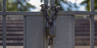 Закрытые двойные стробы с цепью и padlock стоковые изображения rf