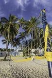 Закрытые зонтики цвета в пляже стоковые изображения rf