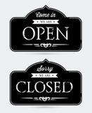 закрытые открытые знаки Стоковое фото RF