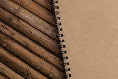 Закрытый блокнот на бамбуковой предпосылке, простая текстура Брайна Стоковая Фотография RF