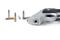 Закрытый вверх изолированных бочонка и пули автоматического оружия Стоковые Изображения