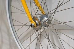 Закрытый вверх переднего колеса велосипеда Стоковые Фото
