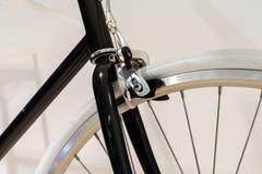 Закрытый вверх передних тормозов велосипеда Стоковые Фото