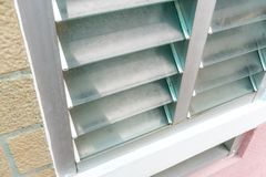 Закрытый вверх по алюминиевому стеклянному окну жалюзи и более низкому сбросу для ventil стоковая фотография rf