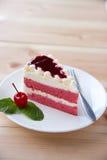Закрытый вверх по белому красному торту клубники с вишней и зелеными листьями мяты Стоковые Фотографии RF