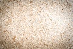 Закрытый вверх по коричневой бумаге шелковицы с предпосылкой древесины Стоковые Фотографии RF