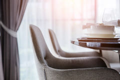Закрытый вверх по славному обедая стулу с inte комплектов деревянного стола и блюда Стоковое Фото