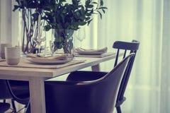 Закрытый вверх по славному обедая стулу с inte комплектов деревянного стола и блюда Стоковая Фотография RF
