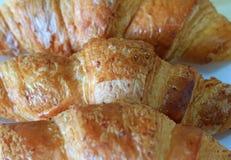 Закрытый вверх по текстуре свежих испеченных всех печениь круассана пшеницы Стоковое Фото