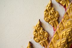 Закрытый вверх по традиционным тайским скульптуре и картине в стене виска Стоковое Изображение RF