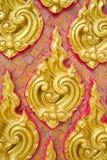 Закрытый вверх по традиционным тайским скульптуре и картине в стене Стоковые Изображения RF