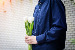 Закрытый вверх по цветку владением руки крошечному красивому белому Стоковое Изображение