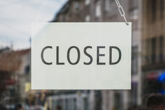 Закрытый знак на входной двери магазина стоковые изображения rf