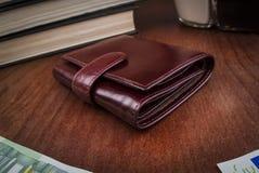 Закрытый кожаный бумажник ` s людей Стоковая Фотография