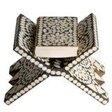 Закрытый Коран на таблице чтения изолированной на белизне Стоковые Фотографии RF