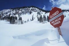 Закрытый--danger лавины подписывает внутри снежок Стоковая Фотография