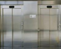 2 закрытых двери лифта Стоковые Изображения
