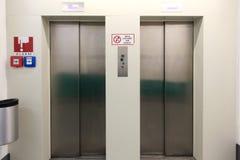 2 закрытых двери лифта металла в подземной автостоянке Стоковые Фотографии RF