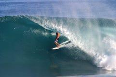 закулисный заниматься серфингом серфера трубопровода Гавайских островов стоковое фото rf