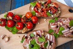 Закуска багета хлеба, ветчины бекона, томатов, бальзамического и специи Стоковое Изображение RF