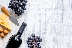 Закуска вина Сыр, гайки, виноградина на светлом copyspace взгляд сверху предпосылки деревянного стола Стоковая Фотография RF