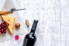 Закуска вина Сыр, гайки, виноградина на светлом copyspace взгляд сверху предпосылки деревянного стола Стоковое фото RF
