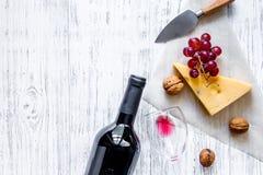 Закуска вина Сыр, гайки, виноградина на светлом copyspace взгляд сверху предпосылки деревянного стола Стоковое Изображение