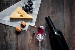 Закуска вина Сыр, гайки, виноградина на темном copyspace взгляд сверху предпосылки деревянного стола Стоковые Фотографии RF