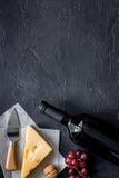 Закуска вина Сыр, гайки, виноградина на черном каменном copyspace взгляд сверху предпосылки таблицы Стоковое Фото