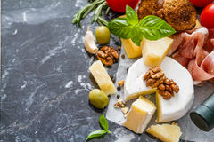 Закуска - вино гаек базилика томата хлеба ветчины сыра Стоковое фото RF