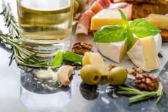 Закуска - вино гаек базилика томата хлеба ветчины сыра Стоковые Фотографии RF