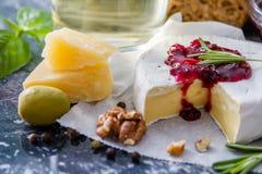 Закуска - вино гаек базилика томата хлеба ветчины сыра Стоковое Изображение