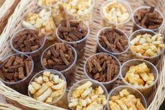 Закуска гренков в пластичных чашках для партии Стоковое Изображение RF