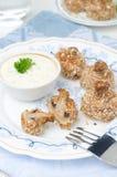 Закуска зажаренных грибов с соусом югурта, крупным планом стоковые изображения