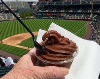 Закуска замороженного йогурта шоколада на бейсбольном стадионе Стоковое фото RF